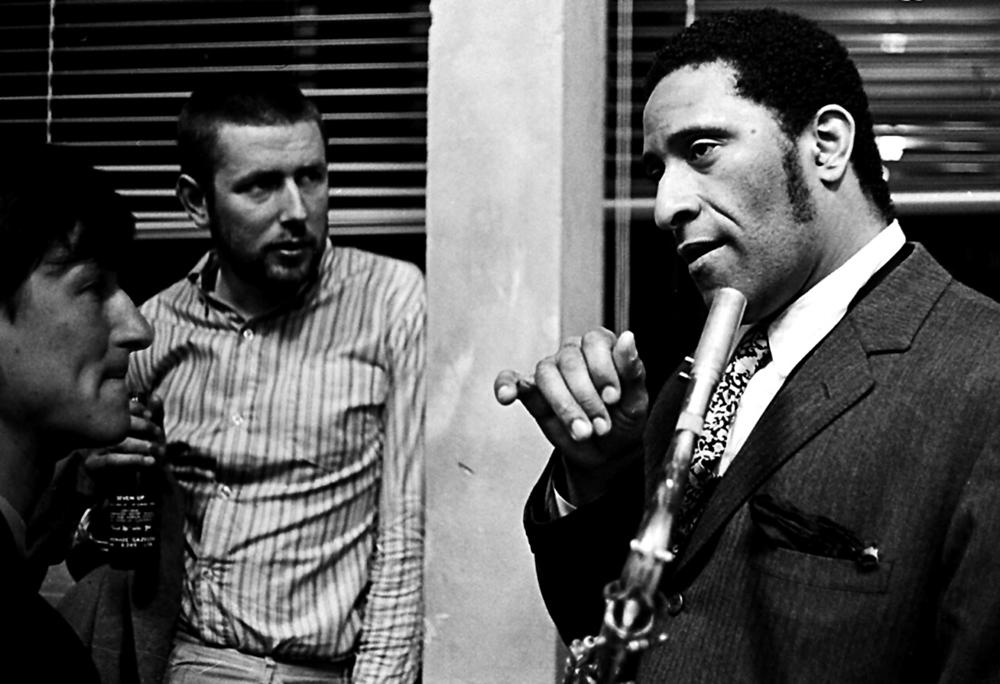 Ruud Jacobs en Han Bennink luisteren naar Sonny Rollins. Foto Ton van Wageningen