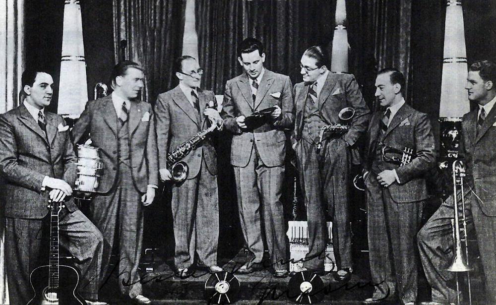 The Ramblers in 1929 bij de presentatie van hun eerste grammofoonplaat. Foto uit besproken boek