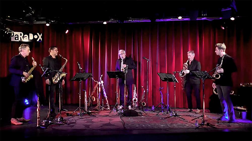 Rolf Delfos, Mete Erker, Leo van Oostrom, Peter Broekhuizen en Bart Wirtz op het podium van Paradox.
