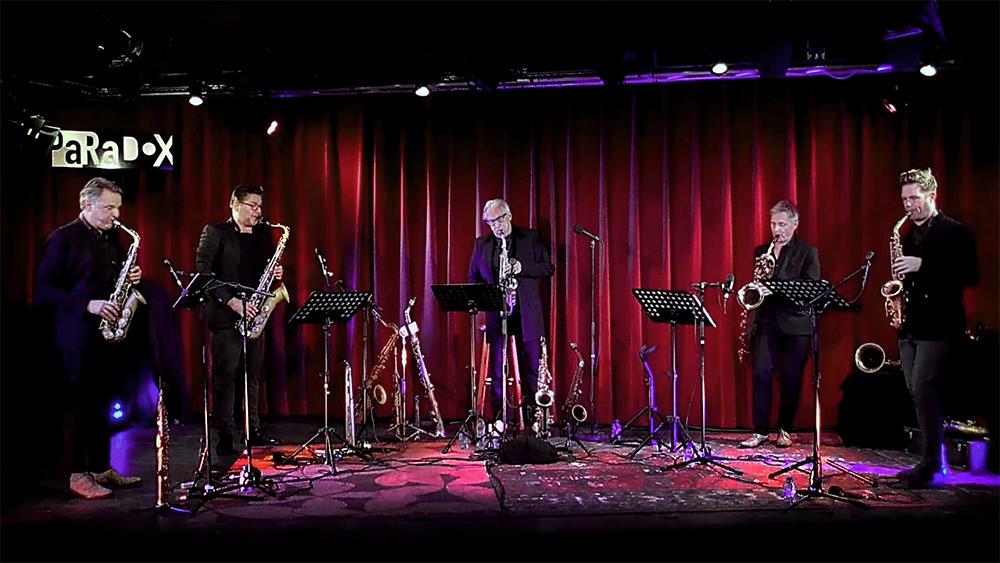 Het podium van Paradox was niet alleen bezet door Artvark en Leo van Oostrom, ook door de grote hoeveelheid saxofoons die zij hadden meegebracht.