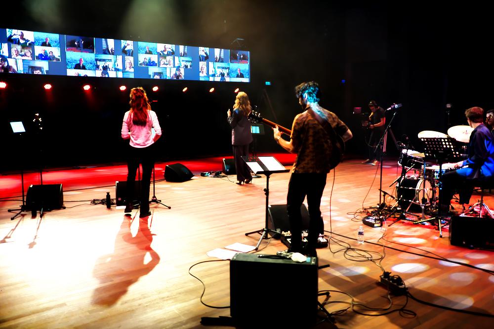 Het concert van Marit van der Lei met op de achtergrond de Zoom-beeldschermen.