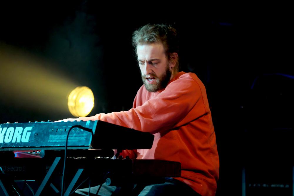 Niels Broos, toetsenist bij PAX the Humanoid.