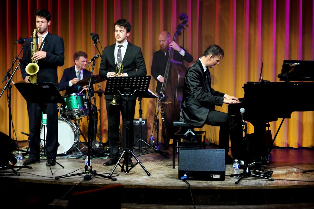 Het Peter Beets Quintet met de jonge honden Gideon Tazelaar, Tim Hennekes en Ian Cleaver en voorts met Steve Zwanink en Peter Beets zelf.