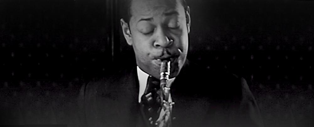 '100 jaar Jazz in Nederland' werd bij tijd en wijle verrijkt met fraaie historische beelden, zoals dit van Coleman Hawkins en Leo de la Fuente in The Negro Palace in Amsterdam in 1935.