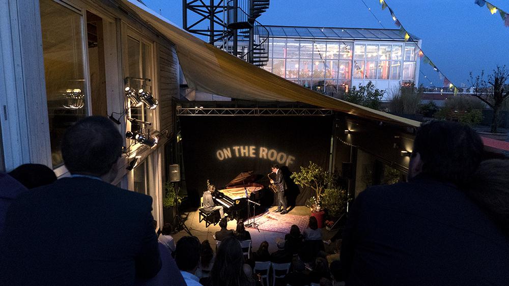 Pianist Wolfert Brederode en tenorsaxofonist Yuri Honing speelden ook al eens op het dak in Amsterdam-Noord.