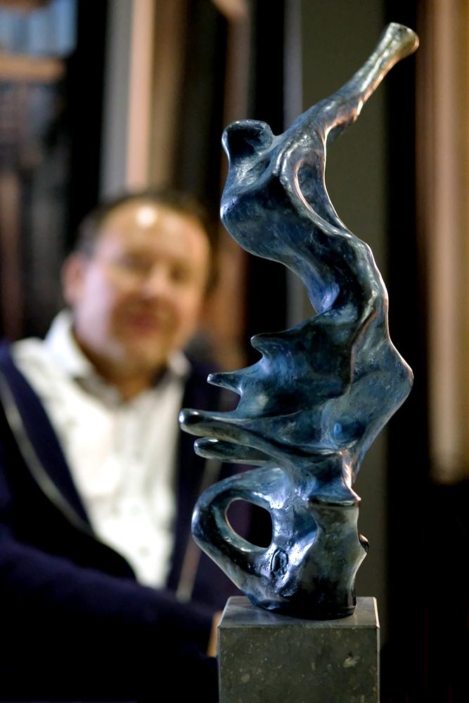 De sculptuur die hoort bij de Karel van Eerd Music Award, ontworpen door de Bredase beeldende kunstenaar Rogier Ruys..