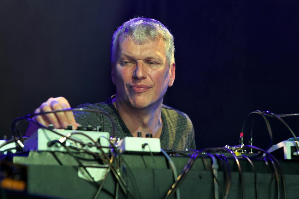 Jozef Dumoulin in volle concentratie tijdens zijn concert van Samuel Ber en Tony Malaby.