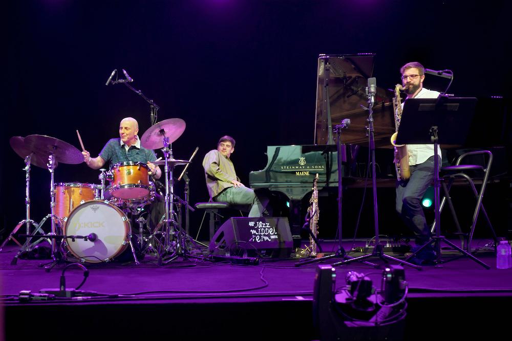 Bij MixMonk speelt drummer Joey Baron een prominente rol.