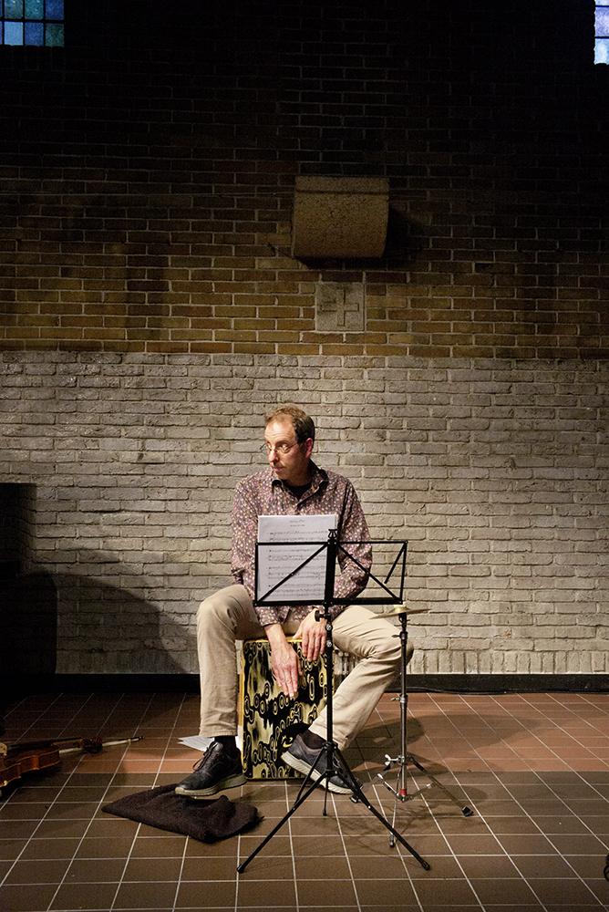 Oene van Geel bespeelt tijdens concerten ook de cajón en een klein bekken.