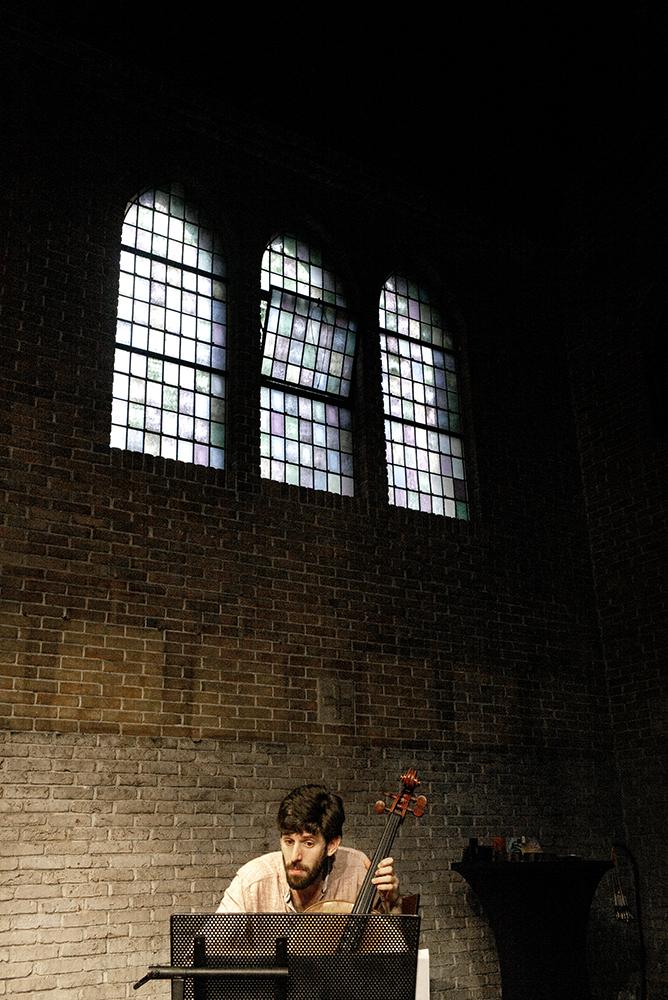 De celloklanken van Pau Sola kwamen wel heel goed tot hun recht in de kapel van Mariëngaaarde.